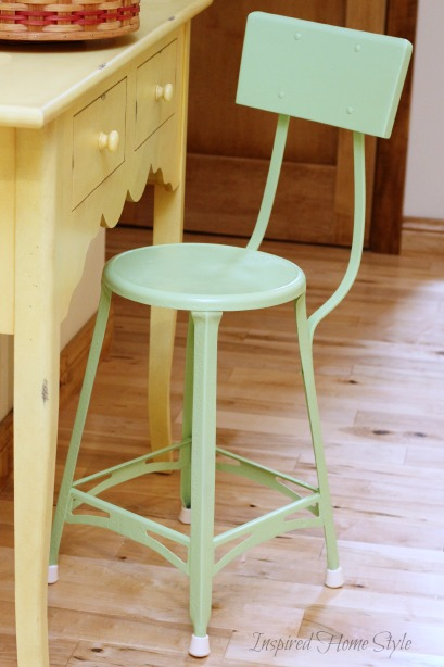 to paint a metal chair easy tutorial on how to spray paint furniture. Black Bedroom Furniture Sets. Home Design Ideas